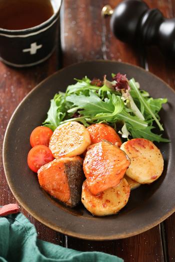 鮭×長いもをご飯が進むバター醤油味の照り焼きに!長いもの代わりにじゃがいもを使うとより作りやすくなります。魚料理だと物足りないという男性にも好評の一品です。