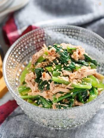 疲れていると青菜の塩茹でも億劫に…そんな時におすすめなのがこちら!塩もみして熱湯を回し掛けるだけの手軽な下処理で、小松菜が程よい食感に仕上がります。