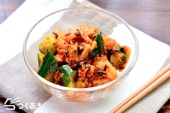 チヂミにぴったりの副菜、きゅうり×キムチを和えた副菜レシピです。きゅうりはちぎるので、こちらも包丁を使わなくても作ることができます。洗い物が減るだけでなく、ちぎることでさっと和えるだけでも味が馴染みやすくなり一石二鳥です。