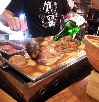 豪快に一升瓶ごとの日本酒を加えたおでんです。贅沢なだし汁がたっぷりと染み込んだおでんで日本酒がさらにすすみますね。