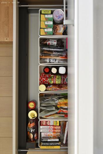 こちらはニトリの「インボックス・クォーターサイズ」を使った食品ストック収納です。  仕切りと同時にグループ分けもすることで、家族も使いやすい収納に。 ここに入るだけ!と決めて、少なくなってきたら買い足すようにすれば無駄買いも防ぐことができます。