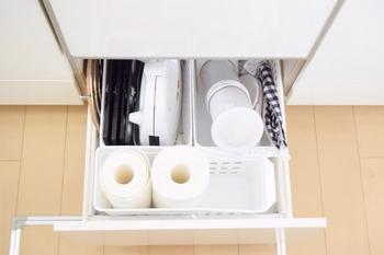 深さのある引出しタイプは、スペースをとる高さのある消耗品の収納としても活躍。 キッチンペーパーも立ててスッキリ収納できます♪