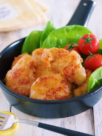 鶏むね肉がしっとりやわらかで旨味たっぷりな「ガーリック醤油チキン」。鶏むね肉は、フォークで数カ所刺してから切ることで下味がしみ込みやすくなります。