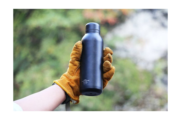 デイリー使いはもちろん、雪山などの過酷な環境にも耐えるステンレスボトル。スマホと同じ200g程度ですので、ランニングなどスポーツのおともにもおすすめです。しかも保温保冷効果が高いのもメリット。専用ストラップも付いています。