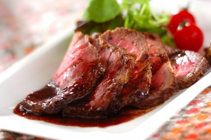 フライパンで簡単に作れる「ローストビーフ」。牛もも肉は、調理する30分前に冷蔵庫から出して常温にもどすことで、お肉の外側に火が入りすぎることなく中まで火が通ります。