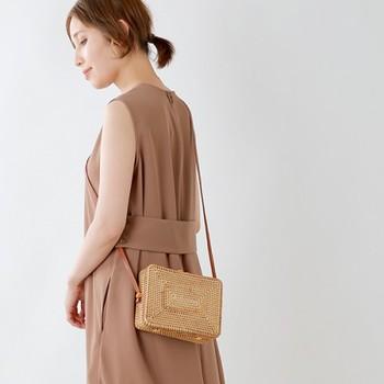 天然素材をふんだんに使った、涼しげなラタンのバッグ。さらりとしたシャツワンピースに合わせて、ナチュラルで軽やかな着こなしを。