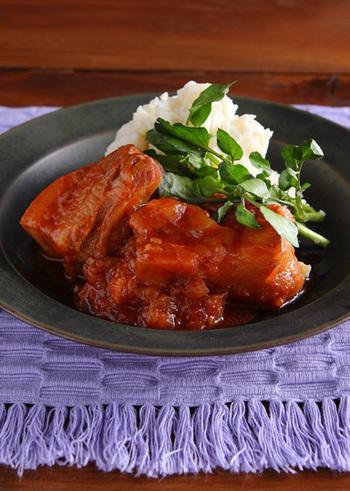 やわらかな豚バラ肉の美味しさが堪能できる「豚バラ肉のビール煮込み」。圧力鍋いらずのレシピです。