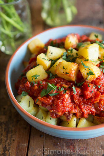こちらもスペイン料理の定番「パタタス・ブラバス」。チリパウダーを効かせたトマトソースをジャガイモに絡ませていただく一品。ワインにぴったり、会話も弾むレシピです。