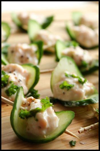 きゅうりをボートに見立てたアイデアレシピ。鮭とお豆腐をまぜたものをのせればあっという間にグリーンが美しいピンチョスが完成します。