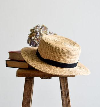 """トップが平らになったカンカン帽は麦わら帽子の一種。藁をニスで固めて作られたため、叩くと""""カンカン""""という音がしたのが名前の由来です。"""