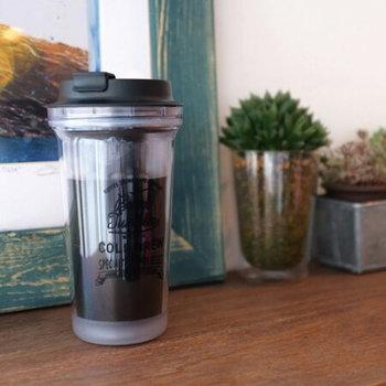 コーヒー好きに人気の水出しコーヒー。10時間以上かけて淹れる深くまろやかな味わいは格別です。こちらは、夜セットして朝飲める、一杯用の水出しコーヒータンブラー。キャンプなどでも楽しめそうですね。