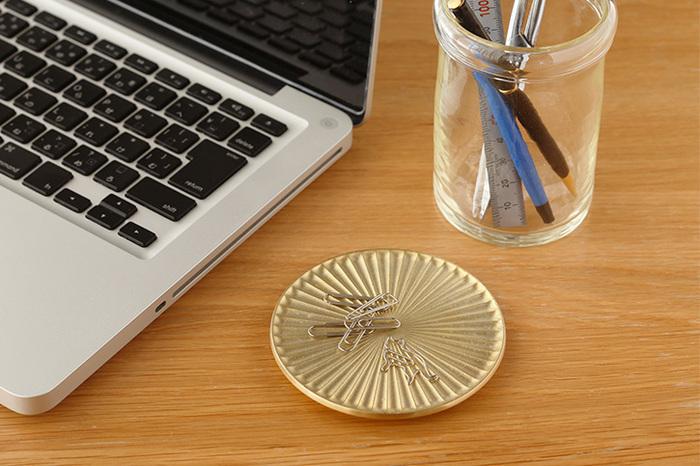 模様には凹凸があるので、小さなものも取りやすく、例えばこんな風にクリップなど、小物入れとして使っても素敵ですね。
