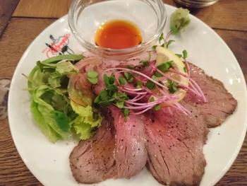 ミディアムレアに仕上げられた和牛イチボのローストビーフです。ヘルシーなサラダ仕立てであっさりとした味わいです。