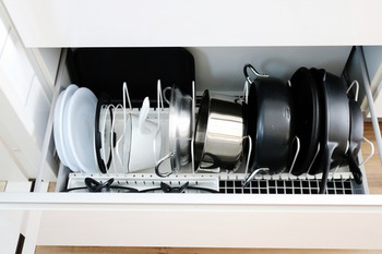 深さがある引き出しタイプは、鍋を縦に重ねると下に何があるのかわからなくなるのが難点。 専用の仕切りを使って立てて収納すると、すべてを見渡せるように♪