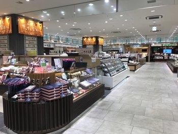 富山駅内にある「とやマルシェ」には、富山の名産品や特産品が勢揃い。お土産を買う時間がない時も、買い忘れた時にも駅ナカでお土産がそろうから便利ですね。観光のあいだは身軽に回って、最後帰るときにここで富山みやげを買うなんていう使い方もいいかも。 「とやマルシェ」で買える、富山のお土産の数々をご紹介します!