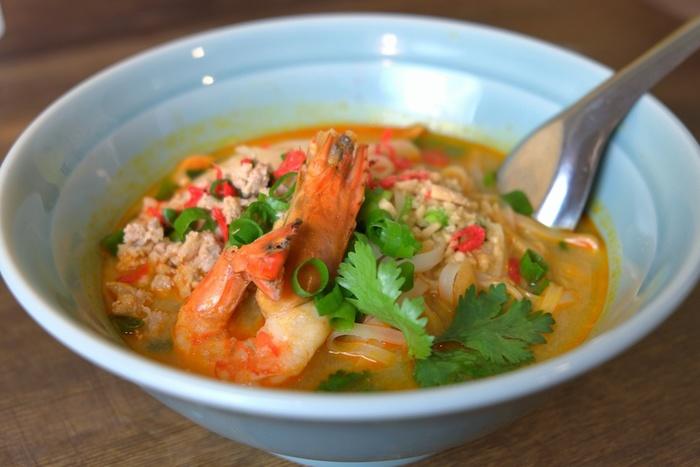 タイの有名なスープトムヤムクンにラーメンをあわせた「トムヤムクンラーメン」。ココナツミルクの甘みがきいた酸味と辛味もあるトムヤムクンのスープにもっちりしたお米の麺が入っています。コブミカンの葉、レモングラスの香りもして、本格的な味わいで、こちらも人気のメニューです。