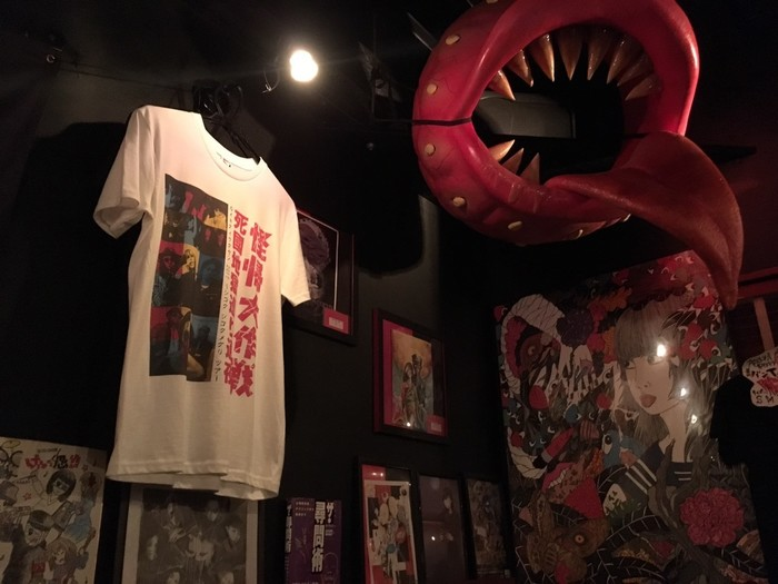 味園ビル2階のディープゾーンにある「アニマアニムス」。ホラーな雰囲気でアングラ感が満載のバーです。入るのにかなりの勇気がいりますが、店員さんたちはみんないい人で、安心して飲めるお店です。メニュー名やディスプレイなどが個性的で怖い感じもしますが、大阪の面白いお土産話に行ってみるのもいいかもしれませんね。