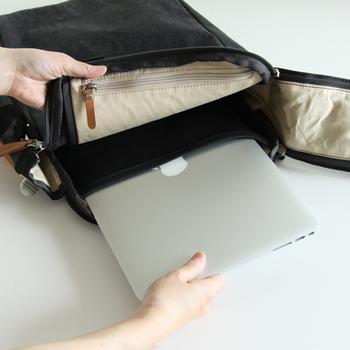 クッション性があるので衝撃にも強く、15インチまでのノートパソコンが入る専用ポケット付。