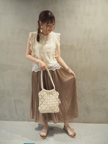 かわいらしさいっぱいの女の子のイメージ。プリーツスカートのような女性らしいデザインの服が似合います。シンプルなデザインの服は、地味に見えてしまうことも。