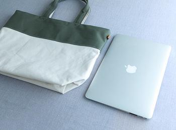 13インチのパソコンが縦にすっぽり入る大き目のサイズ感。使い込むほどにクタッと変化していく帆布の質感を楽しみたいですね。