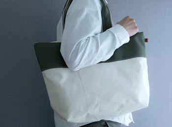 一泊程度の旅行用にも、荷物の多い子育てママにもちょうどいいサイズ感のバッグ。肩からも掛けられるショルダータイプなので、手がふさがることもありません。
