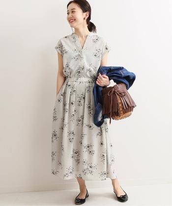 花柄の柔らかなシャツワンピースは、上品なフェミニンタイプにぴったり。バレエシューズやかごバッグを合わせて、さわやかに。