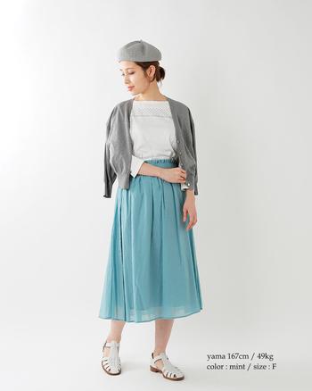 ふんわりと広がるスカートは、優しげで女性らしい雰囲気に似合います。ミントカラーにグレーのベレー帽やカーディガンをプラスして、大人っぽいアクセントを。