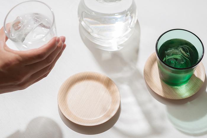 テーブルが濡れるのを防いでくれる「コースター」は、冷たい飲み物を飲む時のストレスをスッキリ解消してくれる頼れる存在。また、グラスにプラスするだけで、なんだかサマになるお洒落な雰囲気は、おもてなしにもぴったりです。みなさんも、お気に入りの「コースター」とグラスで、ほっと一息。楽しいティータイムをお過ごしください♪
