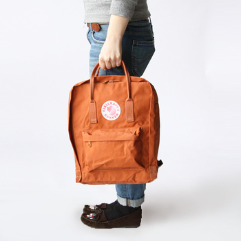 持ち手が付いているので、リュックとしてはもちろん、トートバッグのように使うこともできます。通勤や通学、アウトドアシーンまで幅広く活躍しそう。