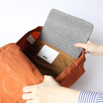 バッグの内側に荷物を守るための取り外し可能な保護パッドが付いているので、ノートパソコンやタブレットを安心して収納しておけます。