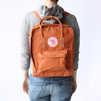 可愛らしいカタチとキツネのマークがポイントのカンケンバッグ。本国のスウェーデンでは小学生のスクールバッグとして愛用されているそうです。近年、日本でもおしゃれに敏感な人たちを中心に人気が広がっていますね。