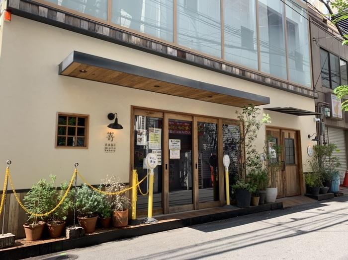 AKICHIのあるスペースは元々、隣接する人気の高級食パン専門店「嵜本」の行列で順番待ちをするスペースでした。今後はこちらのお店も一体化する予定になっています。