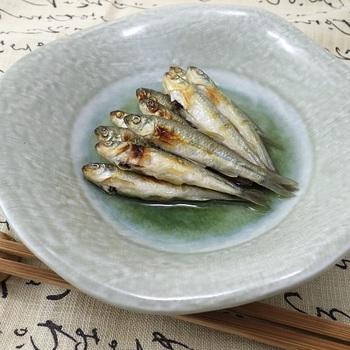 ホンモロコとは、琵琶湖だけに生息するコイ科の淡水魚。 通称「もろこ」と呼ばれ、現在では埼玉県などでも養殖されています。  京都では高級魚として料亭でも提供され、淡泊でありがながら独特の旨みと風味を楽しめるのが魅力。もろこの白焼きを三杯酢で漬けた簡単レシピ。全国的に珍しい魚なので、お取り寄せしてみるのもおすすめです。