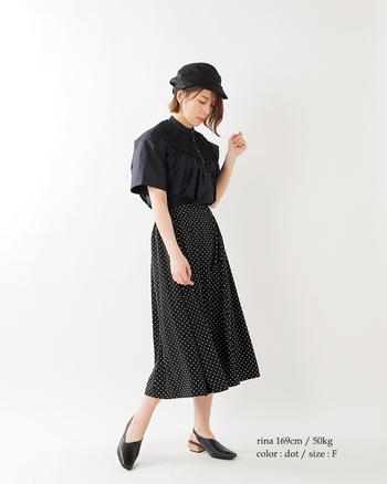 小物使いが素敵なコーデ。ピンドットのスカートはシンプルなデザインながら上質な素材感で魅せてくれます。