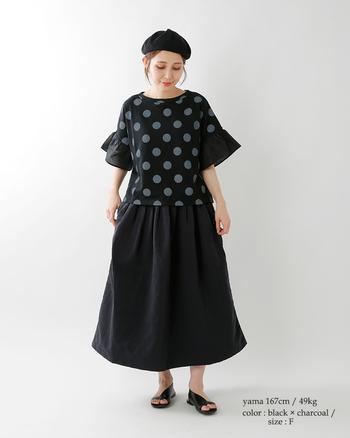 子どもっぽく見えてしまいがちな大きめのドットも、黒字にチャコールグレーのドットにすることで大人女子でも着こなしやすいデザインに。たっぷりと布を使ったフレアスカートでよりクラシカルに。