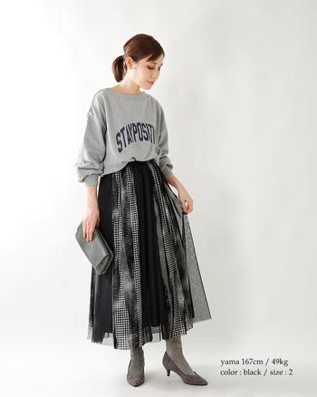 カジュアル感のある切り替えスカートも、オーガンジー素材とモノトーンドットのパワーがあればクラシカルに。カジュアルコーデでも暗めのモノトーンと合わせることで雰囲気が出ます。