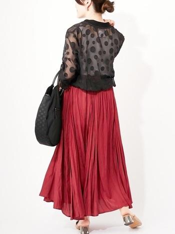 ランダムなドットが楽しいブルゾン。一見子どもっぽくなりがちなデザインも透け感なら問題なし。ドラマチックな赤のスカートと合わせて私だけの上品スタイルに。