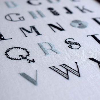 もちろん、文字や数字も◎。刺繍のための図案は、こんな風に線の種類がはっきりわかるので、仕上がりがより縫った刺繍ぽくなりますよ。