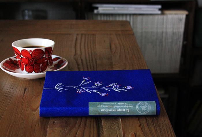 何気なく読んでいる文庫本も、ブックカバーがされているだけでグンと大人で洗練された雰囲気に。刺繍がされているような持っているだけで素敵な人に見えそうなブックカバーも、ステッチカラーで簡単に作れちゃうんです。