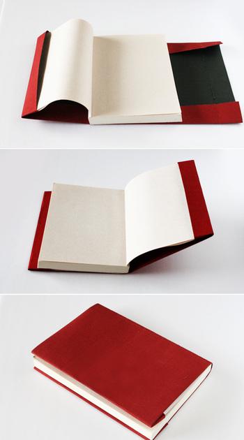 後は、こんな風にギュギュっと折るだけで、ブックカバーのベースが完成。これなら、お家にある素材で直ぐにつくれそうですね。もちろん、布だけを縫って作ってもOK♪