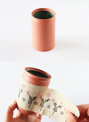 作り方はとってもシンプル。空き缶をペイントして、その上にステッチカラーで模様を描いた布を張り付けていくだけで簡単に出来ちゃうんです。