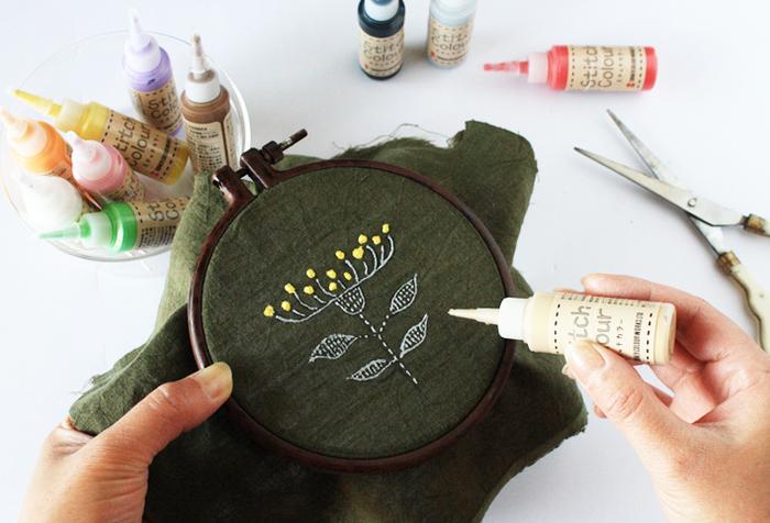 とは言え、実際にはなんとなく難しそうで、最後まで仕上げる自信もないし...と諦めてしまっていませんか?そんな方に今回は、縫わないのに刺繍の様な「ぷっくり」が楽しめるステッチカラーをご紹介してみたいと思います。