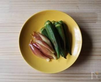 キュウリのピクルスも様々なレシピに活用できて便利でしたが、こちらのオクラとみょうがのピクルスも、たくさん作っておくと、おかずや主食レシピに活用できて重宝します。特に夏に良いかも。