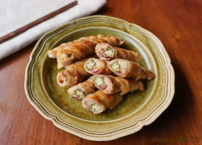 上記のオクラとみょうがのピクルス以外に、豚バラ肉があれば、こんなに立派なおかずを作ることができます♪、ピクルス液としょうゆで作る甘酢ダレも美味で、ご飯もお酒もすすみそう。