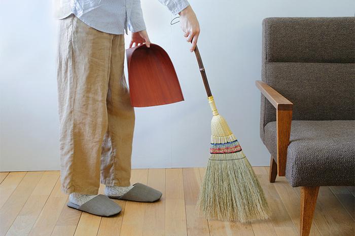 無垢フローリングに限ったことではありませんが、床に細かなジャリやホコリが溜まっていると、細かい傷がついてしまいます。特に、ウレタン塗装のフローリングでは、表面に傷がつくと、そこから汚れが浸透してしまいます。アレルギーの原因にもなるので、掃除機や箒で床の上のホコリを取り除きましょう。
