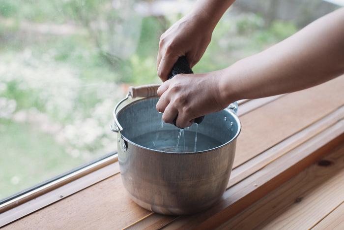 月に数回必ず水拭きをしなければいけないというわけではなく、汚れが気になったらでOK。乾拭きをしても汚れが気になるときに、固く絞った雑巾で水拭きしましょう。 無垢材は、水分を吸収してくれますが、できれば乾きやすい晴れた日に水拭きするのがおすすめ。汚れがひどいときには、中性洗剤を入れて。
