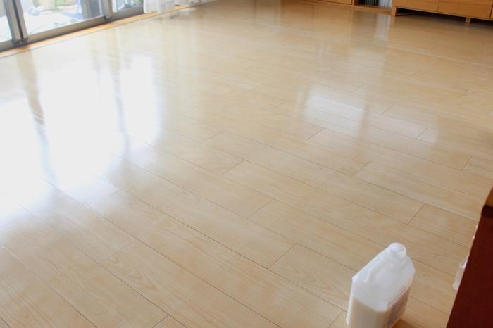 ウレタン塗装の無垢フローリングは、半年に1度ワックスがけを。オイル塗装の無垢フローリングは、年に1度オイルメンテナンスをすると、無垢フローリングのトラブルを防げます。板によってオイルの染み込み具合が変わるので、ちょっと乾燥してきたかな? と思ったら、部分的に塗装してあげても◎。直射日光が当たる場所、水濡れしやすい場所は、気になったらその都度オイルメンテナンスしてあげましょう。