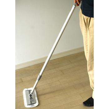 素足で歩いたり、食べ物をこぼしたり、掃き掃除だけでは、表面についた汚れが取れません。週に数回、乾拭きして汚れを落としましょう。 乾拭きだけでは汚れが落ちないのでは? と思うかもしれませんが、乾いた布でもしっかり汚れを落とすことができます。木目に沿って乾拭きして、表面をきれいにしましょう。