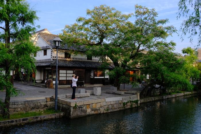 倉敷川を中心に広がる風光明媚な一帯、倉敷美観地区は17世紀中頃、江戸時代初期に幕府の直轄地である「天領」として定められた地区です。この地は、遠浅の海と、倉敷川を利用して物資輸送の集積地として、水上交易における重要な役割を果たし、発展していきました。