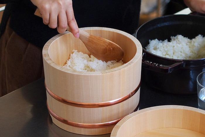 おひつに最も適しているといわれる木曽の椹(さわら)材を使って作られた山一のおひつ。江戸時代からの伝統技法「鉋(カンナ)仕上げ」で作られています。いわゆるおひつといえば、このかたちという定番のかたちで、愛着のあるアイテムになりそうです。